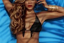 Mrs. Carter in H&M / Beyoncé Knowles ist das neue Gesicht der H&M-Sommerkampagne für 2013. Die Bilder zeigen die Sängerin auf einer Sonnenliege am Strand sowie am Pool mit Teilen der neuen Kollektion, die es ab Mai 2013 in den H&M-Stores und online zu kaufen geben wird. Ein Blick auf die exklusiven Kampagnen-Motive, die Kollektion und die Preise