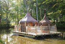 Cabanes sur l'eau / Construites sur les mêmes principes d'éco-construction que les cabanes dans les arbres, elles sont un nouveau mode d'évasion, pour larguer les amarres le temps d'une nuit ou d'un week-end.