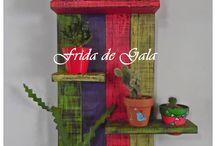 Estantería hecha con cajones de madera pintado en colores para macetas con cactus