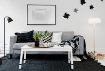 Minimalistyczny salon z szarą sofą
