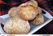 Chlieb, rožky a iné pečivo.