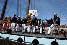 Vlootdag / De Vlootdag is de feestelijke opening van het zeilseizoen van de bruine vloot in Harlingen. Bezoek de zeilschepen, de nautische markt en de braderie. Shantykoren zorgen voor de muzikale sfeer.