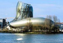 Parcul tematic La Cite du Vin / La Cité du Vin este un parc tematic şi muzeu dedicat licorii bahice produse în regiunile Bordeaux din Franţa. Pentru realizarea întregului parc a fost nevoie de 7 ani de muncă şi 91 de milioane de dolari. Rezultatul este însă impresionant. Clădirea care adăposteşte parcul tematic are forma unui decantor de vin şi este îmbrăcată integral în sticlă. Interiorul este la fel de surprinzator.