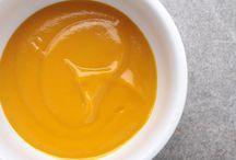 Mangue / Savez-vous éplucher une mangue avec un verre ? Vous coupez les deux moitiés de mangue de chaque côté du noyau, puis, à l'aide d'un verre, vous séparez la chair de la peau. Rien de plus simple pour n'avoir plus qu'à cuisiner la mangue :)