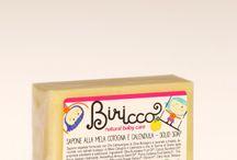 Biricco - Linea Bimbi / Biricco è la linea nata per detergere con dolcezza e coccolare con amore i nostri bambini. I prodotti sono privi di tensioattivi di origine petrolchimica, parabeni, SLES, PEG e siliconi. By Officina Naturae