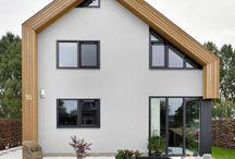 NarrativA modern ecologisch biobased woning / Modern ecologisch biobased woning. De woning bestaat voor 50% uit hout.  De woning heeft terugkomende daklijnen, de schuine verdiepingsvloer zijn mooie voorbeelden. Ruime en een lichte woning, verstopte hemelwateropvang, PV-cellen op het dak. Er is een heel origineel vormenspel gerealiseerd, met twee tinten Siberische larix stroken als muurbekleding, deels van wax voorzien en deels met donkere beits. De combinatie van hout en stucwerk is een grote kwaliteit van dit huis in Houtskeletbouw.