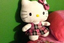 Hello Kitty / Ses des chat pas comme les autres et elle as toujours une boucle et elle n'a pas de bouche.