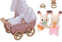 Sylvanian Families Zestaw z Bliźniakami Królików z Czekoladowymi Uszkami (Wózek Dziecięcy) / Wyjątkowe zabawki dla dzieci marki Sylvanian Families