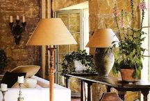 """John Saladino / JOHN SALADINO jest jednym z najbardziej wybitnych i cenionych projektantów wnętrz i architektury. Często określany jako projektant projektantów, ponadczasowe dzieło Johna Saladino kontynuuje swoją filozofię mieszania """"stare z nowym"""" ."""