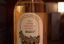 """Płyn pomarańczowy Fitomed / Tonizujący płyn oczarowy o zapachu kwiatu pomarańczy do cery tłustej i mieszanej.   Składniki naturalne: hydrolat oczarowy Ecocert (30%), olejek """"neroli"""".   Właściwości i działanie: woda aromatyczna z liści oczaru (hydrolat Ecocert) jest znakomitym środkiem do odświeżania i oczyszczania skóry tłustej i mieszanej. Liście oczaru zawierają do 12% garbników oraz flawonoidy. Zespół tych związków uszczelnia ściany naczyń włosowatych, obkurcza je, zmniejsza zaczerwienie twarzy i objawy naczynkowe."""
