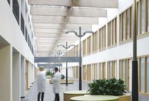 HEALTHCARE | St. Antonius ziekenhuis / Ter vervanging van meerdere oude vestigingen is de nieuwe lokatie van St. Antonius Ziekenhuis in de wijk Leidsche Rijn nu één van de meest geavanceerde ziekenhuizen van Nederland. Het ziekenhuis beschikt over 148 bedden voor langdurige opname en 10 operatiekamers. Voor goede oriëntatie heeft architectenbureau de Jong Gortemaker Algra het gebouw opgedeeld in overzichtelijke gebouwdelen, verbonden door een binnenstraat met openbaar karakter, zoals bij een winkelcentrum.