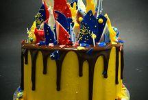 Авторские торты / Необычный торт с радужными коржами, сырным кремом снаружи и шоколадом