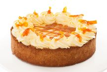 Limoncello cheesecake / Cheesecake s krémem z Philadelphie, karamelizované šťávy z citrónů a pomerančů, dozdobený mascarpone a kandovanou citrusovou kůrou. To vše je ukryto v korpusu z máslových sušenek.