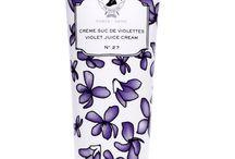 Crème Suc de Violettes / Crème Suc de Violettes is crème no. 27 van het franse cosmeticahuis Académie Scientifique de Beauté.  Deze crème is opnieuw uitgebracht, aangepast aan de eisen en wensen van de huidige tijd. Heerlijk hydraterend, verzachtend en verzorgend.