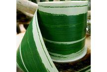 Créer un vase exotique décoré de feuille verte / réer soi meme un centre de table exotique en prenant un vase, en entourant ce vase (à l'interieur) d'un ruban imitation feuille végétale. Le ruban waterproof imitation feuille verte résistera a l'eau et créera une jolie base pour vos bouquets de mariage