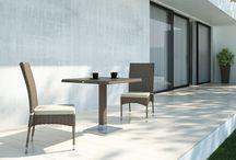 Stoly z umělého ratanu Quadro 60 a 80 cm / Stoly QUADRO se sklem z oblého umělého ratanu jsou vhodné do menších prostorů – terasy, balkony, kavárenské prostory.   Konstrukce je ze svařovaného hliníku, výplet z kvalitního oblého polyuretanu, 7 mm tvrzené transparentní sklo.
