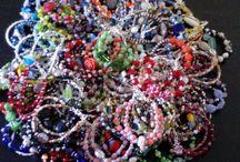 100 Pulseras / Poco a poco he ido preparando estas 100 pulseras, para regalar, espero que gusten. Están hechas con cariño y para un aniversario especial! :)