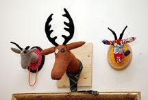 Petra Pavelková /  ekologické hračky red capra Vyrábam ekologické trofeje, ktoré sú vynikajúcim doplnkom do bytu/domu a slúžia aj ako veselé držiaky na kravaty či šperky. Okrem nich tvorím aj veselé hračky, ktoré vyčaria úsmev na tvári. V mojom e-shope okrem mojej tvorby nájdete aj veselé doplnky do interiéru rôznych dizajnových značiek.  Mgr. Petra Pavelková,  +421 907 946 905, redcapra@gmail.com  Pre viac informácií navštívte: www.redcapra.sk  alebo navštívte: Designshop, Hlavná 57, 040 01 Košice