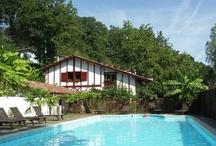 La résidence de vacances au Pays Basque / Belle résidence de vacances, maisons Basque à colombage avec piscine chauffée et restaurant au coeur du Pays Basque à La Bastide Clairence, l'un des plus beaux villages de France.