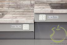 Modernisierung einer Schulküche / Lieferort Kaltenkirchen  Küchenserie Häcker Classic Uno perlgrau und orientrot  Elektrogeräte Siemens  Sonstiges Arbeitsplatten-Lift, Schränke im Bereich der Durchreiche beidseitig bedienbar