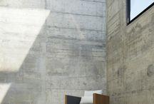 fotel z drewnianymi oparciami / furnituredesign
