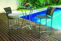 Linha Baquer / A linha Baquer é composta por conjunto de mesa e cadeiras, mesa alta, banqueta fixa e giratória. Suas peças são estruturadas em alumínio e trançadas manualmente com fibra sintética.