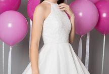 2017 Kollektion - Glamorous White / Glamorous White er kjoler designet i de danske trends. Materialerne i denne kollektion er blandede – du finder både kjoler i blonde, mesh, silke, blandt andre. Kjolerne har hver deres unikke detaljer, der gør dem glamourøse og moderne. I Glamorous White findes der konfirmationskjoler til enhver smag.