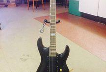 LTD MH 250 / Deze gitaar heb ik een complete make over gegeven. Hij is geschuurd en opnieuw gespoten. Al het hardware is of gespoten of vervangen door nieuwe onderdelen waar onder de volume en tone knop en de tremolo pook. De hals is afgesteld en schoongemaakt. De tremolo afgesteld en geïntoneerd.