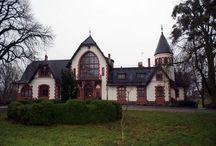 Poledno - Pałac / Pałac w Polednie, a w zasadzie dwór z XVI wieku wybudowany przez kasztelana elbląskiego Rafała Konopackiego. Obecnie kompleks pałacowy to hotel, a budynek dworu to prywatne mieszkania.  Palace in Poledno, and in principle manor house from the 16th century built by the castellan of Elbląg Rafał Konopacki. At present palace complex is a hotel, and a building of the manor house is private flats.