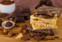 Unsere Leckereien / Produkte rund um Schokolade, Kekse und Gebäck, die glutenfrei und vegan sind. Sie sind von uns persönlich geschmacklich getestet, um dir nur das Beste vom Besten per Brief (und natürlich Paket) zu versenden.  Wir waren, wir sind und bleiben Schokoliebhaber, nur jetzt glutenfrei und vegan!