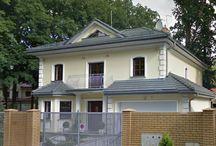 Projekt domu Stylowy / Projekt domu Stylowy to uroczy domek jednorodzinny, z serii naszych piętrowych budynków. Tym razem o trochę mniejszej powierzchni - jeśli nie liczyć piwnicy. Projekt przeznaczony jest dla rodziny 4-6cio osobowej. Dom Stylowy zaprojektowano na planie zbliżonym do kwadratu, z wkomponowanym w bryłę główną garażem. Wykusze, balkony na kolumnach (wejściowy i ogrodowy), frontony, czy łukowo zakańczane piękne okna z podziałami. Więcej na http://www.mgprojekt.com.pl/stylowy