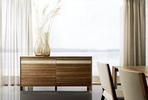 Úložný prostor v jídelně / Úložné prostory jako příborníky a vitríny vytvoří z vaší jídelny krásný celek. Ke každému stolu či židli si můžete vybrat i vhodné komody, které doplní váš interiér. Velmi nadčasové jsou skříně s příborníky.