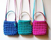 a mà. Cestas y bolsos tejidos en crochet. / Todos los productos 'a mà' son 100% hechos a mano, utilizando materiales reciclados seleccionados; el resultado son piezas únicas que cuidan la confección y los detalles.