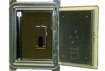 """Rußschutztüre """"Rußguard"""" / Bei allen 3-Schaligen Schornsteinsystemen (außer AGL-LAS) wird ab sofort die untere Reinigungsöffnung mit einer Rußschutztür statt der verzinkten Standard-Kamintür ausgestattet.  Die Vorteile:  - Kein Schmutz im Haus - Rußfreie Atemluft beim Kehren - 98% weniger Staub während des Kehrens"""