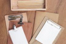 mono wood . clipboards & boxes / objetos de madera tablitas . cajas . lápices