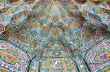 Moscheea Nasir al-muck / Impresionanta moschee Nasir al-muck este una dintre comorile bine cunoscute ale Iranului. Nu este de mirare că a devenit rapid un punct de reper pentru credincioși, dar și o atracție pentru turiști, dat fiind faptul că este acoperită în mozaicuri incredibil de frumoase și în vitralii complexe.