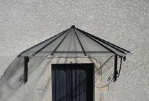 Marquises / L'entreprise SERRE vous propose des marquises sur mesure de style fer forgé, moderne, contemporaine, design ou classique pour de la rénovation ou du neuf. En verre classique, armé ou en plaques de polycarbonates selon vos besoins