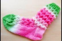 Neulottuja sukkia ja lapasia