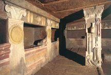 Pomul Vieţii în civilizaţia etruscă / Etruscii credeau în viaţa de după moarte. Împărăţia morţilor era socotită drept un tărâm al petrecerii vesnice, al veseliei. De aceea şi intrarea în aceasta nouă stare se inaugura cu banchetul funerar, zugravit în cele mai vii culori pe frescele din mormintele etrusce.