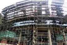 Z cyklu ULMA na świecie: Centrum handlowe Real Plaza Salaverry / Budowa CH Real Plaza Salaverry w Limie rozpoczęła się w maju 2013 roku a jej zakończenie planowane jest na kwiecień br. Obiekt o łącznej powierzchni 22 000 m2 będzie się składał z 7 kondygnacji, w tym 4 podziemnych. Dostawcą systemów deskowań i rusztowań na tę budowę jest firma ULMA Encofrados Perú S.A. Podczas realizacji obiektu zastosowano m. in. wieże ALUPROP, system dźwigarkowy ENKOFLEX, rusztowanie i wieże BRIO oraz system uniwersalny MK.