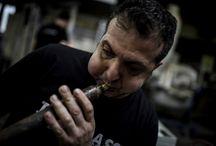 """Bir nefesle cama hayat veriyor / İstanbul'da yaşayan Mustafa Dalkılıç, 35 yıldır cam ustalığı yapıyor. Zihnindeki tasarımlarla sıcak camı """"bir nefes can""""la şekillendiriyor."""