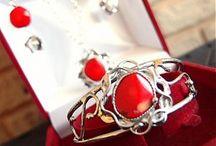 KATU-HULA / Handmade / Učarovali mi veľké polodrahokamy, každý chvíľu podržím v ruke a snažím sa z neho vycítiť, čo mi chce povedať,ako by mal vyzerať šperk, v ktorom bude umiestnený.  Cítim to tajomno, to teplo kameňa, verím v ich silu. Milujem šperky s príbehom, pri tvorení to nie som ja, je to niečo kúzelné a tajomné.  Pracujem s zliatinou cínu i striebra Ag a iných kovov ( Fe, Cu), ktorá je bezpečná. Používam svoj cín bez obsahu olova!!!!!