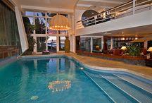 Házak, medencék