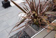 Jardin urbain / Quelques idées d'inspiration pour aménager un jardin urbain. Jouer avec les matériaux, les couleurs et les formats pour sublimer les petits espaces extérieurs.