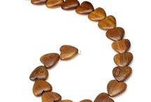 Luonnonpuuhelmet / Luonnonpuuhelmien valikoima koostuu eksoottisista puulajeista valmistetuista eri muotoisista helmistä.   Helmet saavat värinsä ja kuvionsa kullekin puulajille tyypillisestä luonnonmukaisesta värityksestä ja erilaisista värisävyistä puun syyrakenteessa. Siksi jokainen puuhelmi on oma ainutkertainen yksilö. Helmet on hiottu silkkisen sileäpintaisiksi ja vahattu kevyesti värittömällä luonnonpuuvahalla.   http://www.helmikauppa.com/puuhelmet-luonnonpuuhelmet-c-57_368.html
