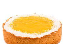 Mango-kokos cheesecake / Křehký sušenkový korpus se špaldovou moukou s osvěžujícím kokosovým krémem z Philadelphie v kombinaci s kyselkavým mango pyré na povrchu, dozdoben strouhaným kokosem.