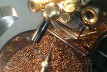 Brazil Mirantinho Pulped Natural Yellow Bourbon – Fazenda Passeio / Kávu jsme pražili na středně tmavé pražení.  Zanechává velmi dobrý pocit v ústech, má nízkou kyselost,  plné tělo, v chuti je cítit mléčná čokoláda a jemné tmavé kakao.  V dochuti jsou cítit opražené lískové ořechy,  vafle  a obiloviny.  Má výraznou konzistentní creamu v šálku.  S kávou od nás obdržíte certifikát o původu.