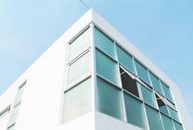 Casa Cubo / Casa Cubo  La casa cubo fue conceptualizada en tres niveles identicos en lo vertical; en cuanto a lo horizontal los volumenes de cada nivel se encuentran traslapados en izquierda, centro y derecha; sotano, planta baja y planta alta respectivamente.