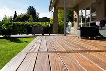 Terrasse i hårdttræ / Keflico A/S er din B2B forhandler af smukke terrassebrædder i hårddtræ. Hent inspiration fra vores sortiment til dit næste projekt. For dimensioner og priser kontakt os venligt på tlf. 9813 3544 eller info@keflico.com.