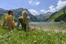 Wandern / Wanderschuhe zuschnüren, Wanderkarte einpacken und Wanderroute auswählen, schnell noch eine Jause einpacken und schon kann eine Wanderung im #tannheimertal beginnen. Im #tannheimertal kommen Wanderfreunde auf Ihre Kosten, denn neben dem größten Gipfelbuch der Alpen, warten auch 31 Almen und Hütten auf hungrige Wanderer, die nach einem kräfteraubenden Aufstieg eine Tiroler Brotzeit brauchen. Natürlich gibt es auch weniger anstrengende Wanderungen im #tannheimertal entlang kristallklarer Bergseen.